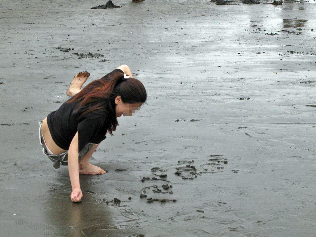潮干狩り パンチラ 海辺 パンツ 激写 エロ画像【12】