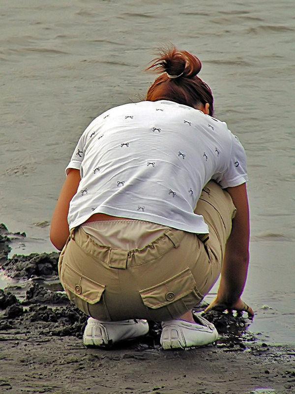 潮干狩り パンチラ 海辺 パンツ 激写 エロ画像【20】
