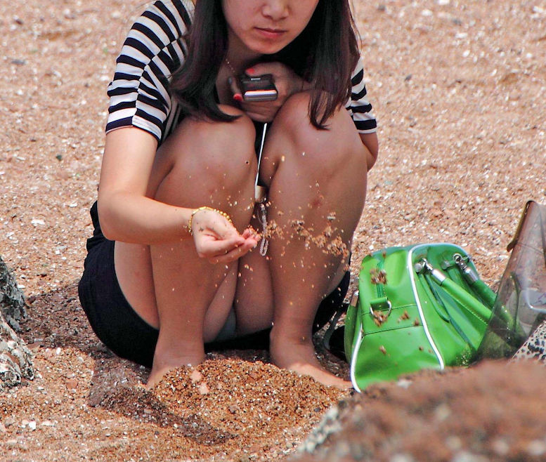 潮干狩り パンチラ 海辺 パンツ 激写 エロ画像【25】