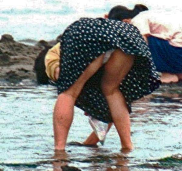 潮干狩り パンチラ 海辺 パンツ 激写 エロ画像【30】