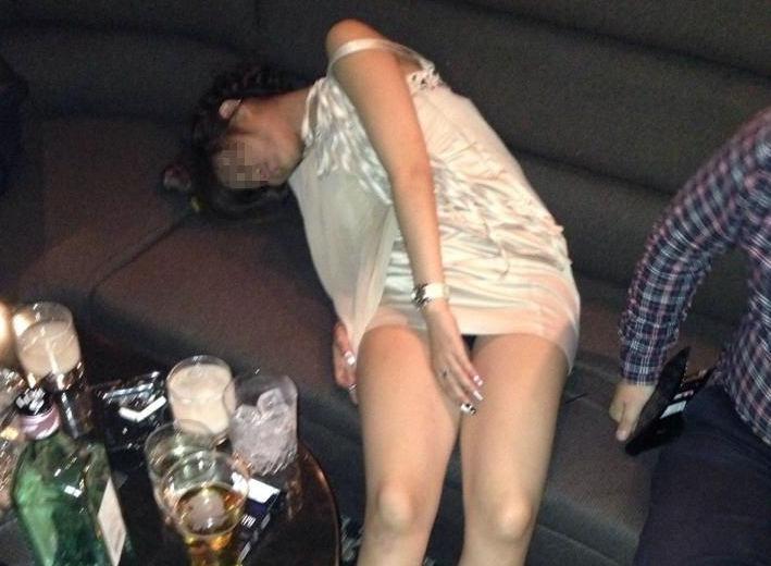 泥酔パンチラ!酔っ払いのパンツが無防備なエロ画像