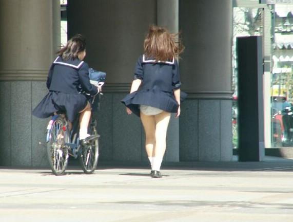 JK 風 パンチラ 登下校中 風チラ ハプニング エロ画像【5】