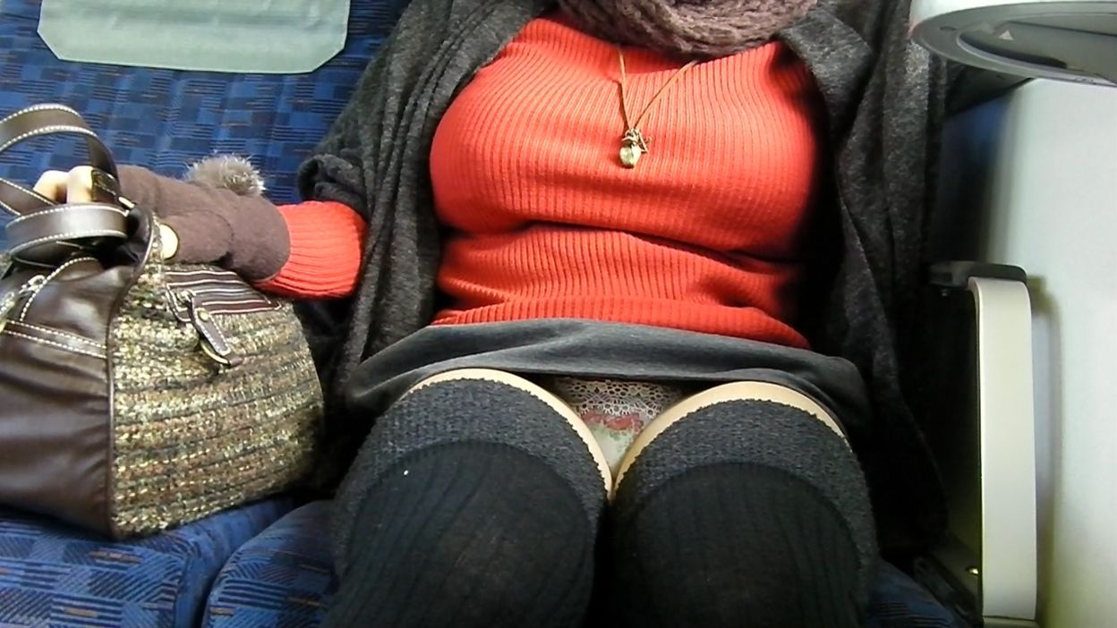 電車 パンチラ パンツ モロ エロ画像【11】