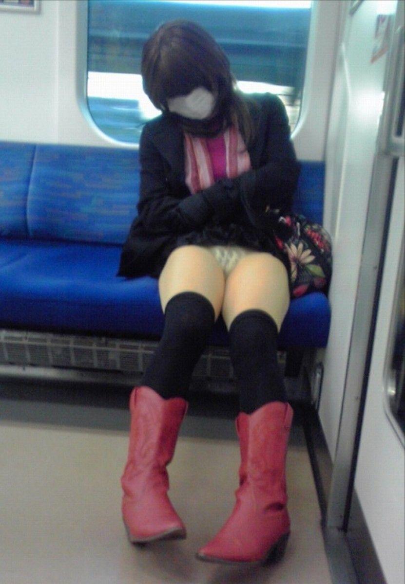 電車 パンチラ パンツ モロ エロ画像【14】