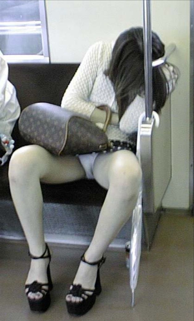 電車 パンチラ パンツ モロ エロ画像【16】