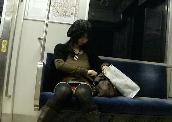 電車 パンチラ パンツ モロ エロ画像【17】