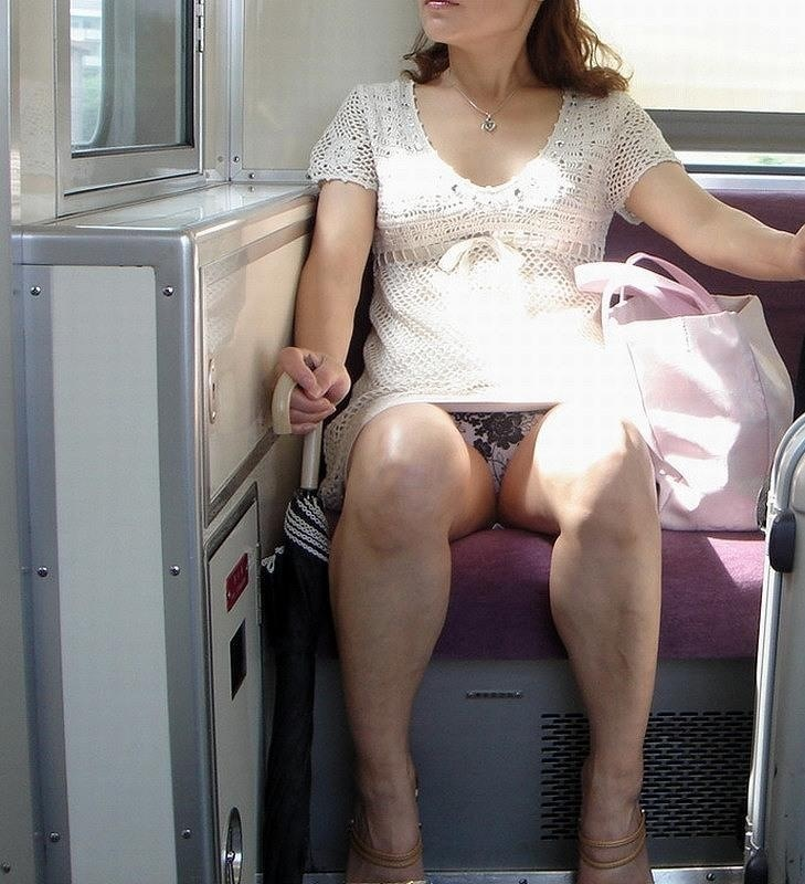 電車 パンチラ パンツ モロ エロ画像【19】