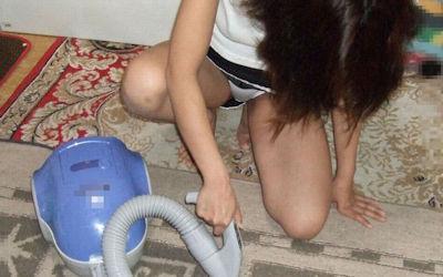 専業主婦が炊事洗濯掃除してる家庭内で働く女性のエロ画像 ③
