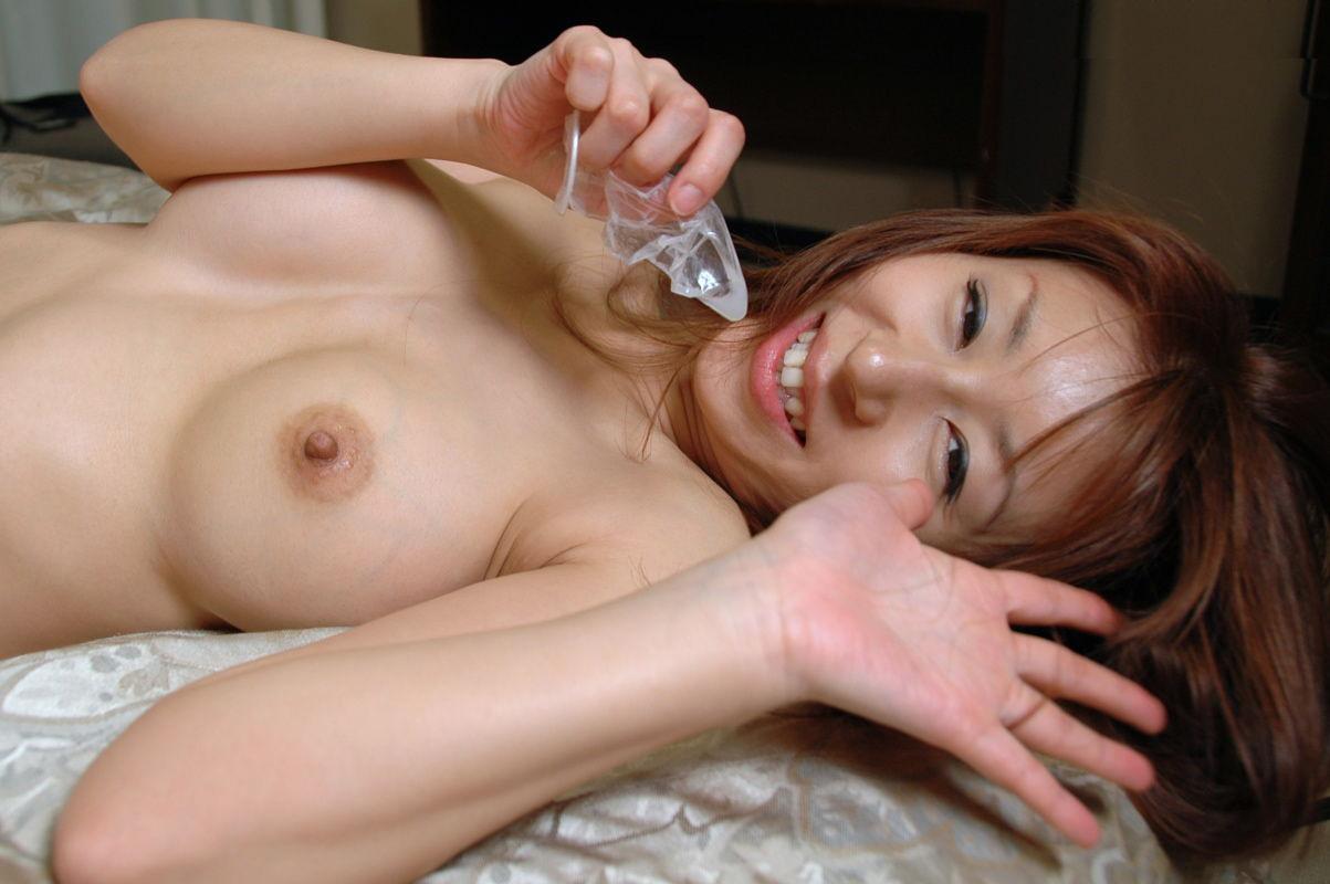 笑顔 使用済 コンドーム つまむ 円満 セックス 事後 エロ画像【5】