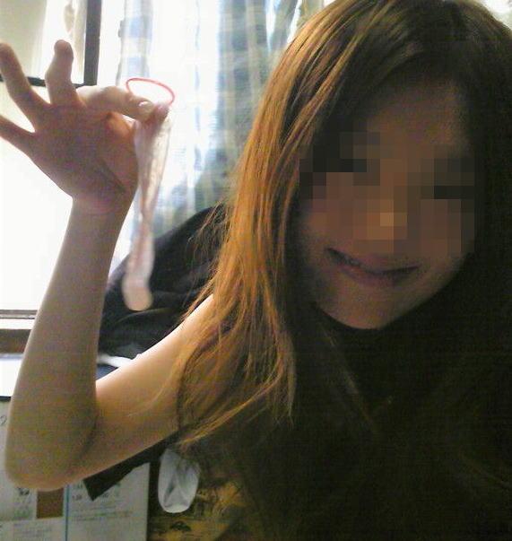 笑顔 使用済 コンドーム つまむ 円満 セックス 事後 エロ画像【20】