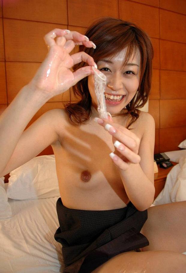 笑顔 使用済 コンドーム つまむ 円満 セックス 事後 エロ画像【22】