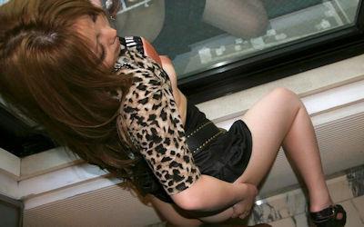 着衣のまま窓際で後背位セックスするプチ青姦のエロ画像 ①