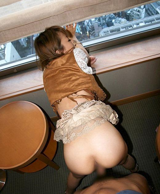 着衣 窓際 後背位 セックス プチ青姦 エロ画像【6】
