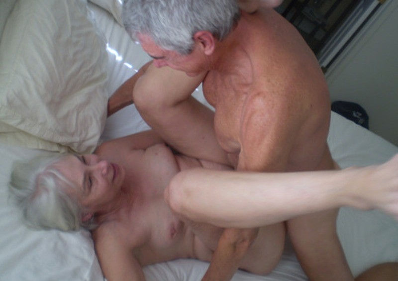海外の夫婦が愛し合うおじさんおばさんSEX画像