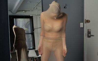 ナイロンを頭まで覆う完全全身タイツのエロ画像 ④