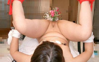 まんこに花を挿入した生け花風女性器のエロ画像 ④