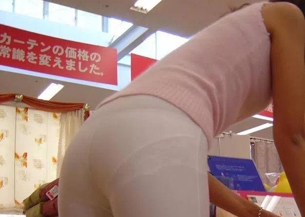 【画像大量】パンツが透けているのに街中をうろつくスケベ女の尻画像