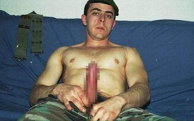 軍隊の男がちんぽ出してる軍人ペニスのエロ画像 ①