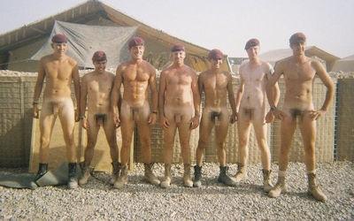 軍隊の男がちんぽ出してる軍人ペニスのエロ画像 ④