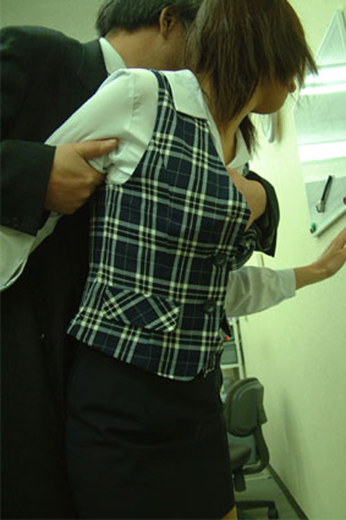 服 手 突っ込む おっぱい 揉む エロ画像【10】