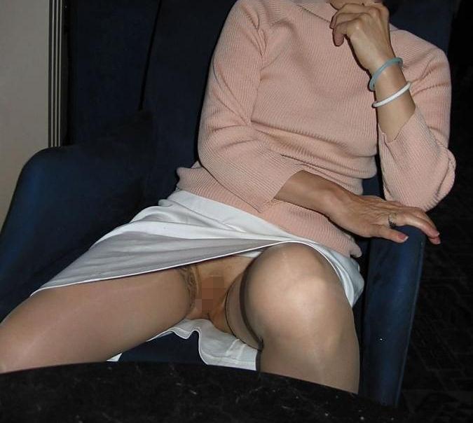 ノーパン おばさん マンコ 熟女 人妻 マンチラ エロ画像【22】