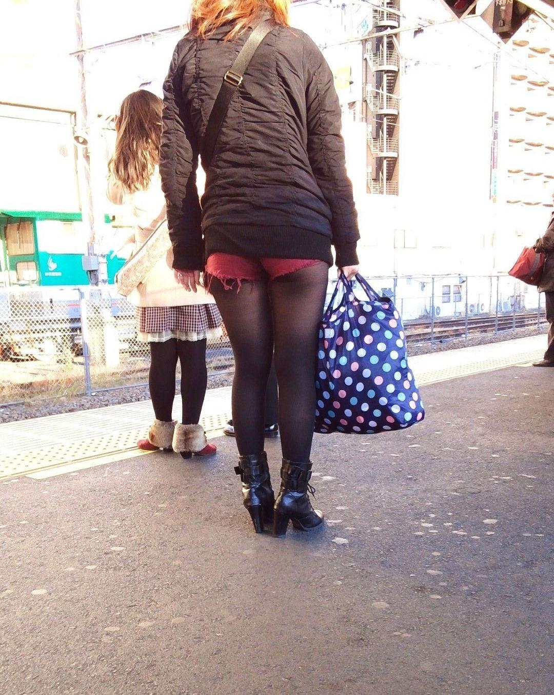 パンスト タイツ ショートパンツ 冬 太もも 街撮り エロ画像【10】