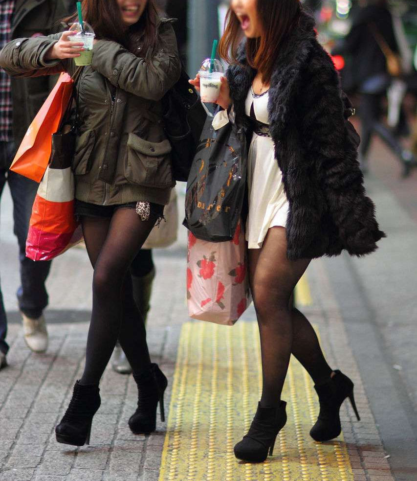 パンスト タイツ ショートパンツ 冬 太もも 街撮り エロ画像【34】