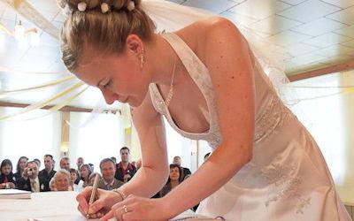 花嫁や新婦友人の結婚式胸チラ乳首チラ画像集 ②