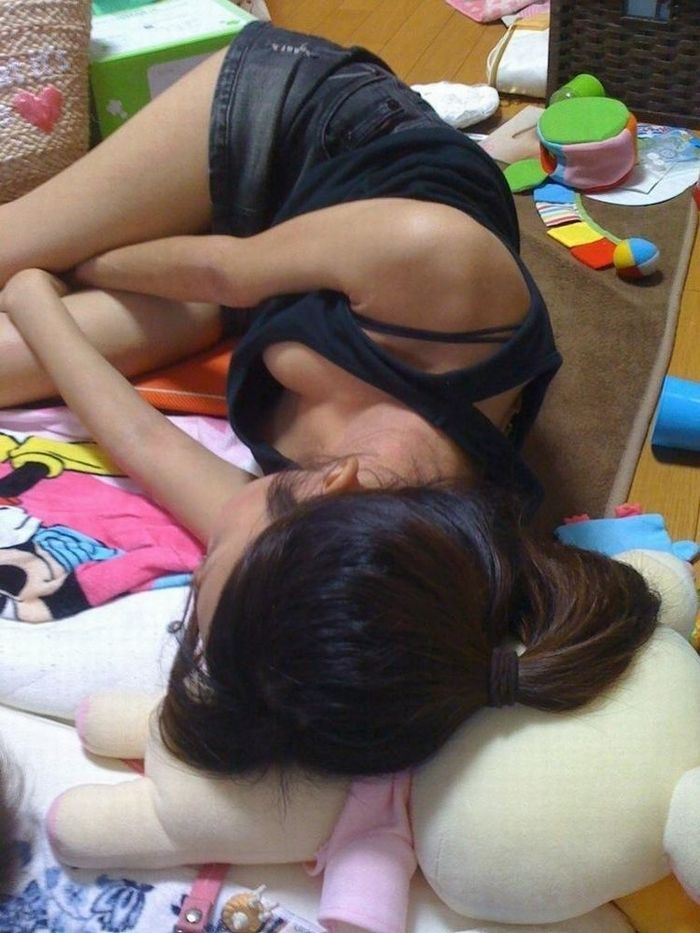 居眠り 胸チラ 寝る 無防備 おっぱい エロ画像【6】