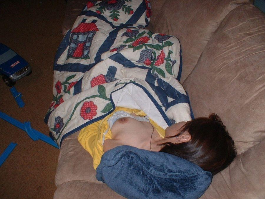 居眠り 胸チラ 寝る 無防備 おっぱい エロ画像【12】