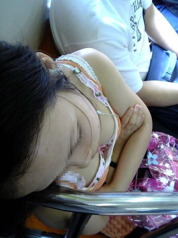 居眠り 胸チラ 寝る 無防備 おっぱい エロ画像【13】