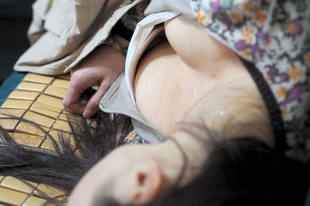 居眠り 胸チラ 寝る 無防備 おっぱい エロ画像【19】