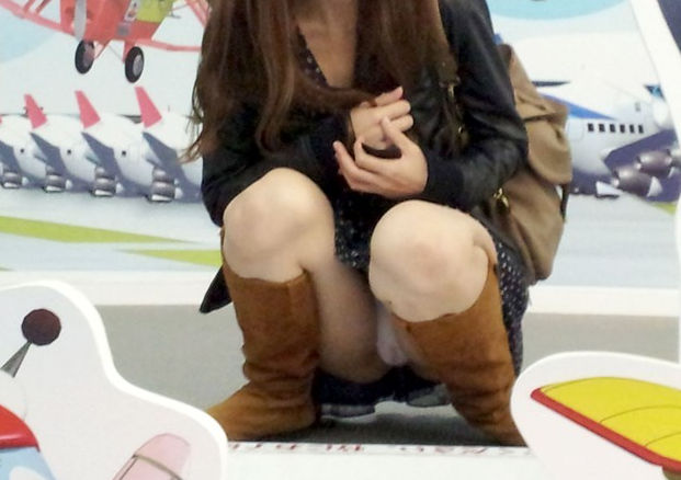 しゃがみパンチラ ギャル 真正面 エロ画像【30】