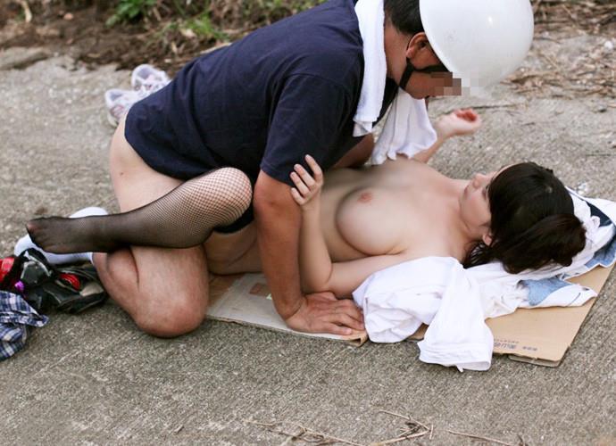 正常位 野外 セックス エロ画像【3】
