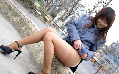 パンストを穿く女がスカートをたくし上げるエロ画像 ④