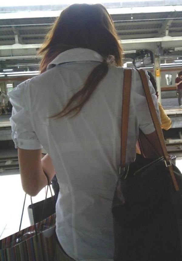 電車内 駅構内 透けブラ 下着 エロ画像【2】