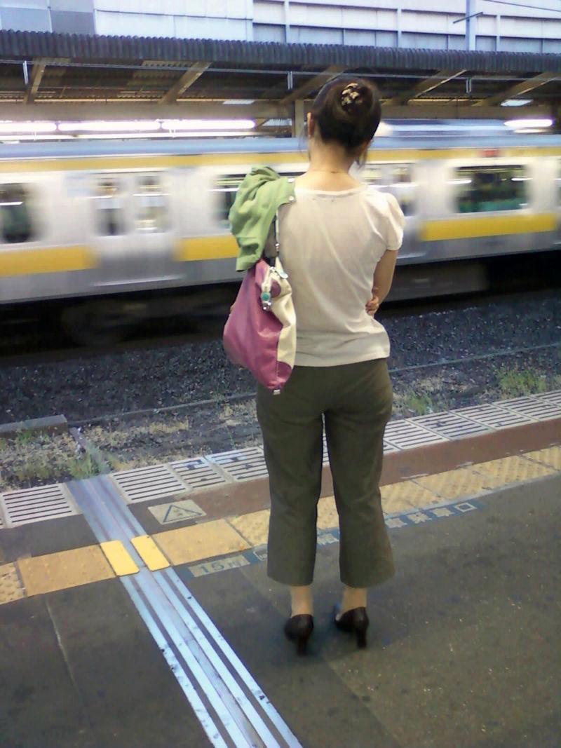 電車内 駅構内 透けブラ 下着 エロ画像【13】