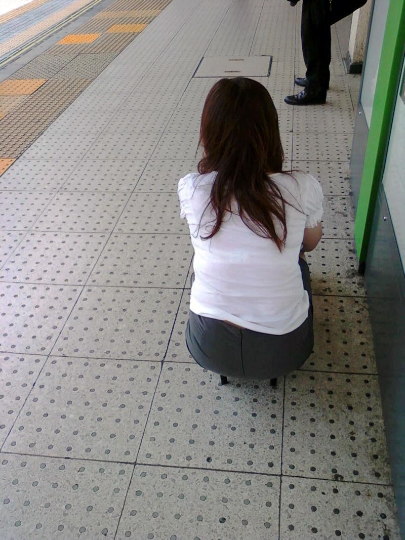 電車内 駅構内 透けブラ 下着 エロ画像【14】