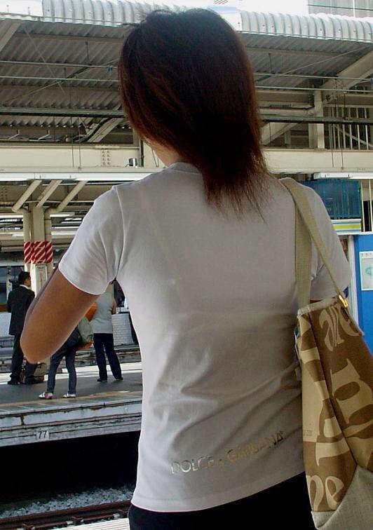 電車内 駅構内 透けブラ 下着 エロ画像【20】