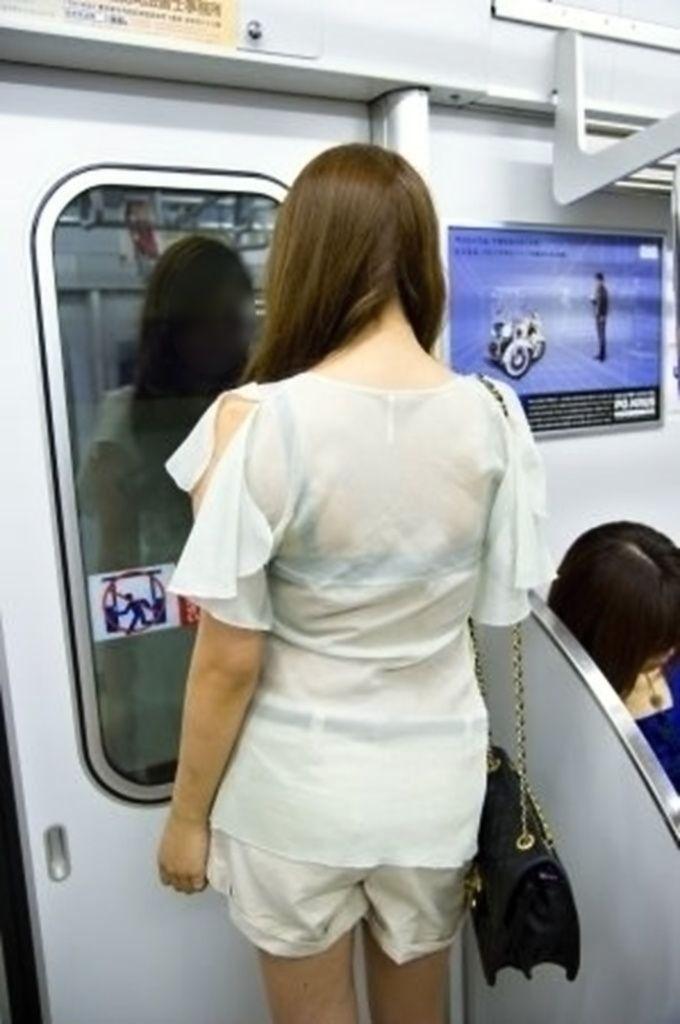 電車内 駅構内 透けブラ 下着 エロ画像【23】