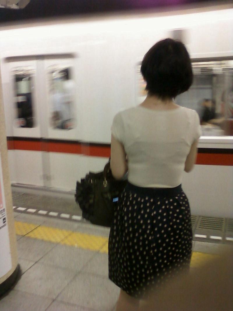 電車内 駅構内 透けブラ 下着 エロ画像【41】