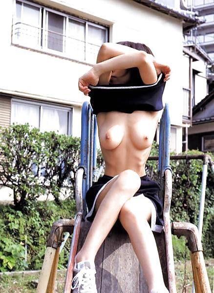 おっぱい 露出 野外 たくし上げ エロ画像【24】