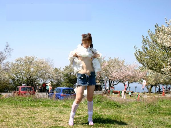 おっぱい 露出 野外 たくし上げ エロ画像【35】