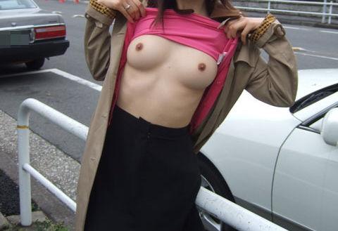 露出狂 ビンビン 野外露出 勃起乳首 エロ画像【8】