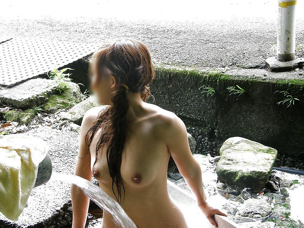 露出狂 ビンビン 野外露出 勃起乳首 エロ画像【25】