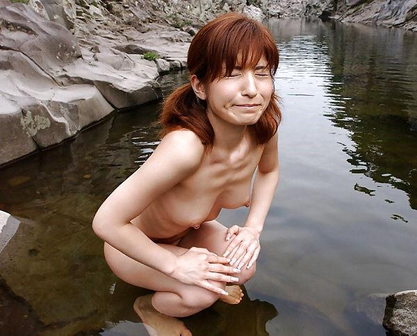 露出狂 ビンビン 野外露出 勃起乳首 エロ画像【39】