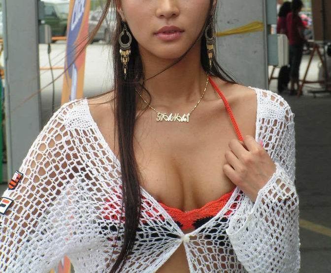服 乳首 乳輪 はみ出る 着衣 チクポロ エロ画像【20】