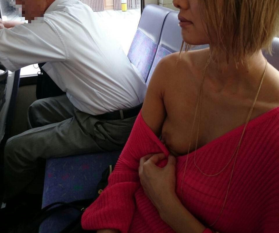 服 乳首 乳輪 はみ出る 着衣 チクポロ エロ画像【26】
