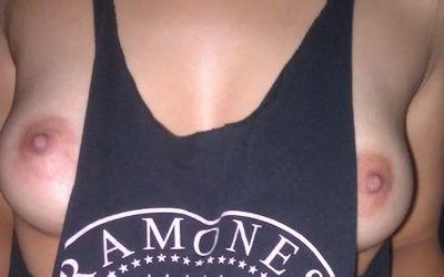 ゆるゆるタンクトップで袖から乳首ポロリのエロ画像 ④