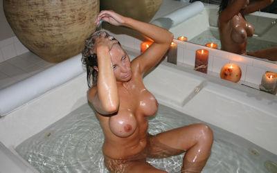 お風呂で頭を洗う外国人のセクシー洗髪エロ画像 ①